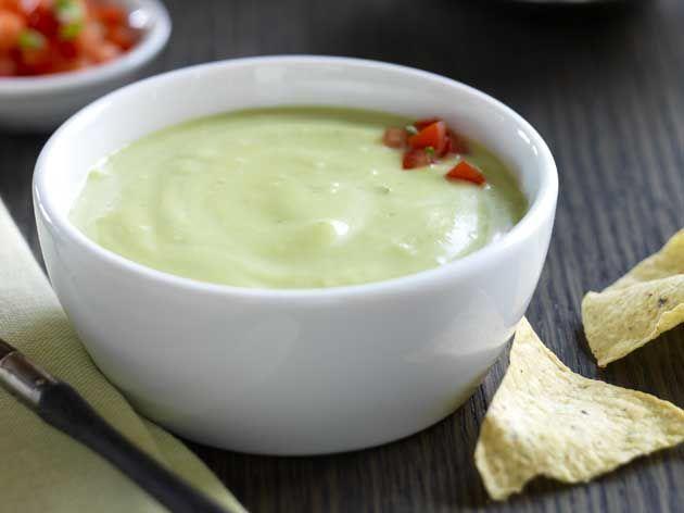 Soupe froide d'avocats et salsa à la tomate