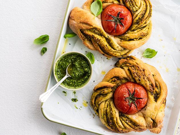 Pain plat tressé avec tomates rôties